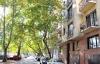 Árnyas, csendes utca a város szívében.