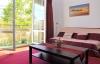 Das Wohnzimmer kann mit Balkon im Sommer ausgebaut werden.