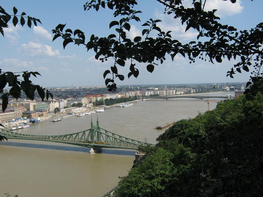 távolban a Petőfi híd