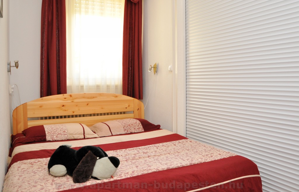 Elektromos redőnnyel a nappaliról leválsztható külön bejáratú szobává alakul ez a kis hálószoba.