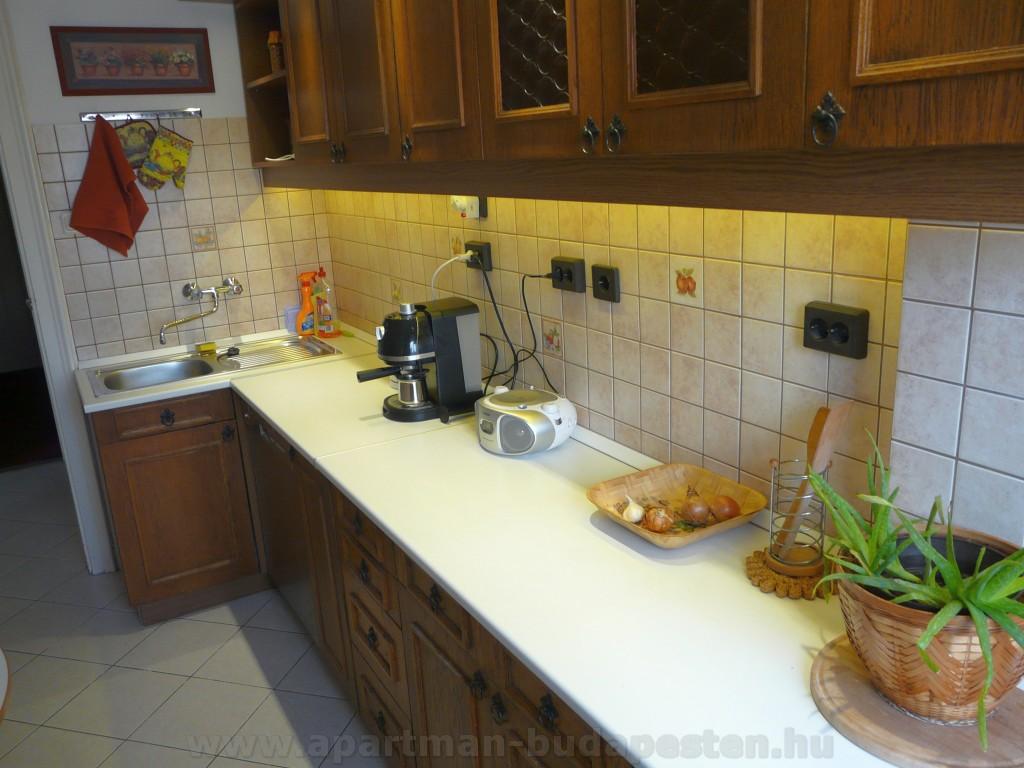 Pressó kávé főző, vízforralló, kenyérpirító és minden edény, evőeszköz, tányérok, poharak, ami csak kellhet.