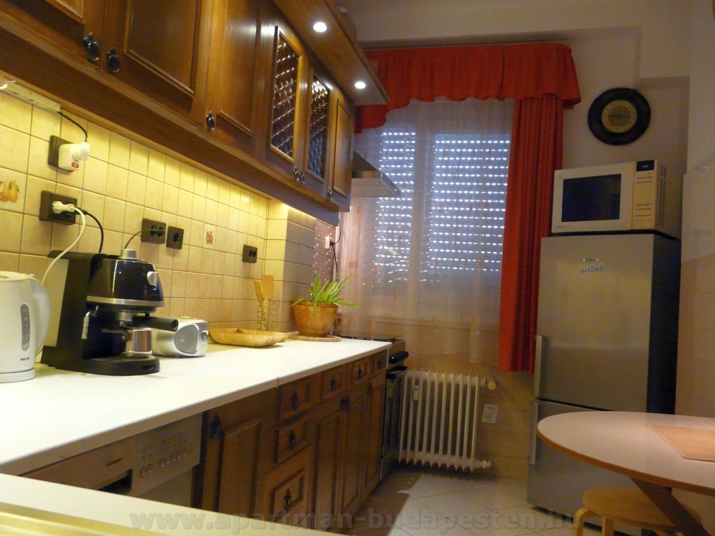 Teljesen gépesített konyha. A hűtőben két mélyhűtő fiók is található.